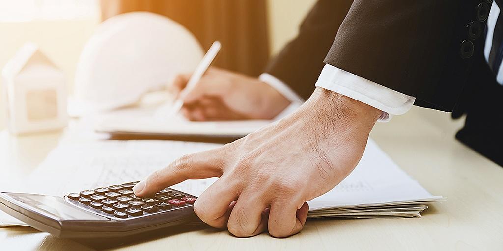 Lawyer-calculating-bill